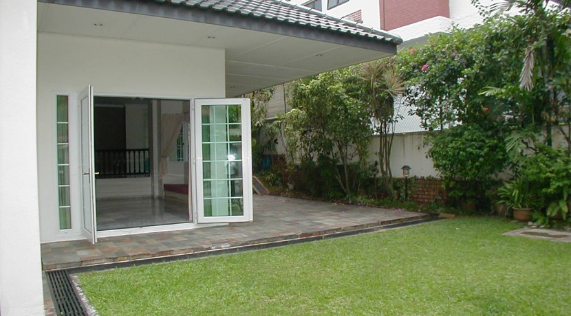 Semi-D House near Sixth Ave MRT for rent